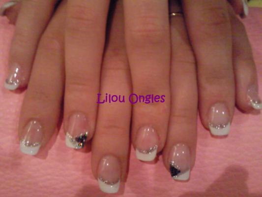 lilou ongles noirs et blanc
